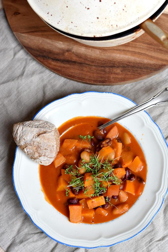 Kürbis-Chili auf gedecktem Tisch