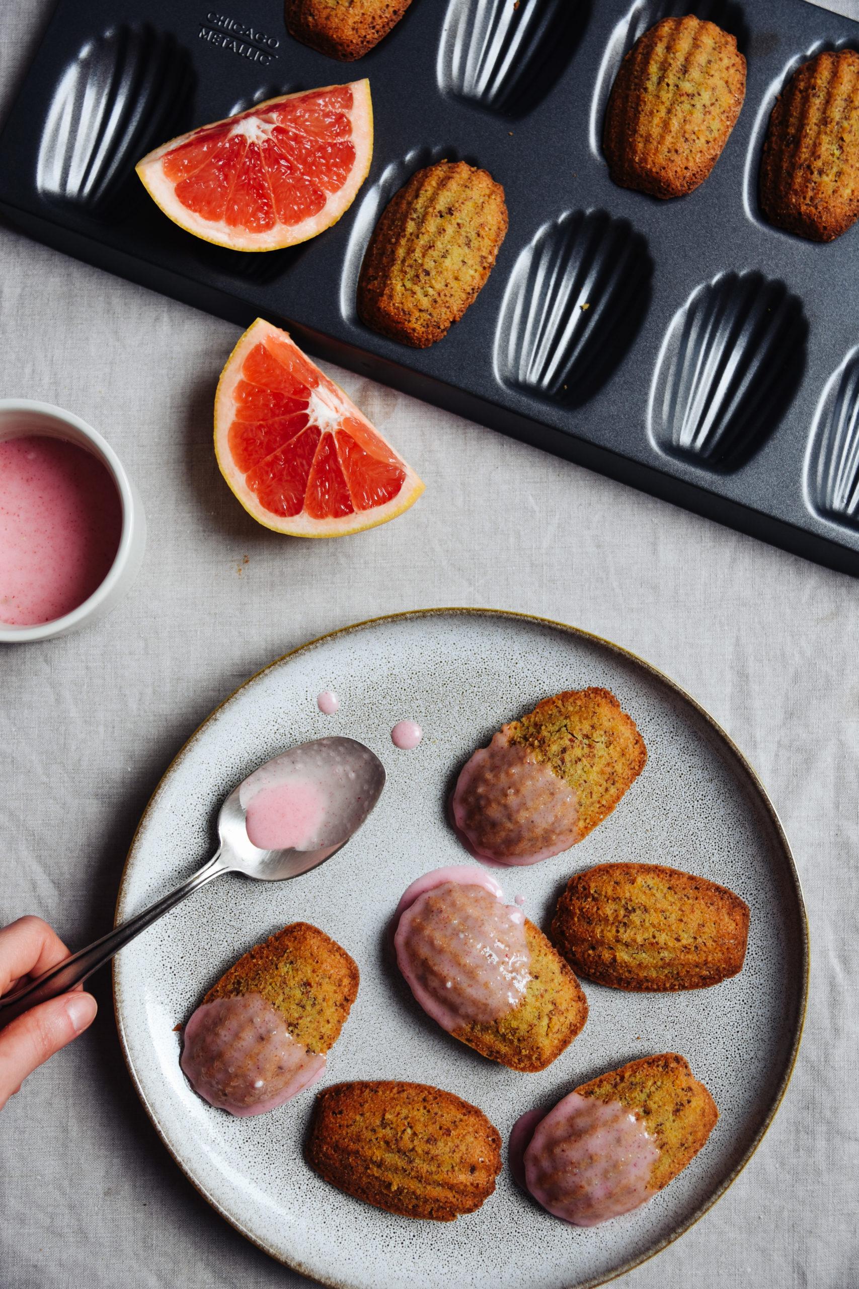 Madeleines in der Backform mit Grapefruits