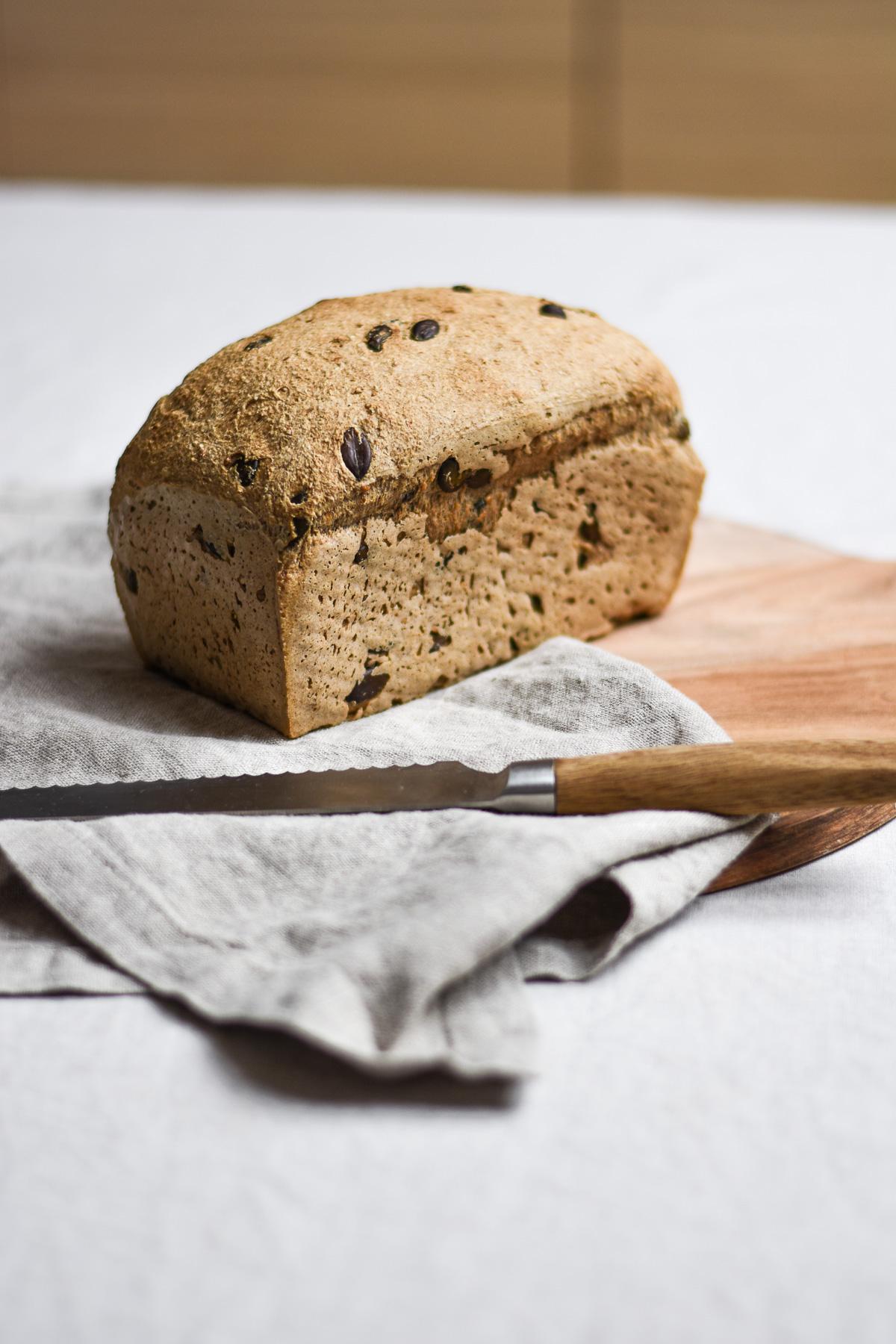 Glutenfreies Körnerbrot ohne Hefe im Ganzen vor dem Aufschneiden