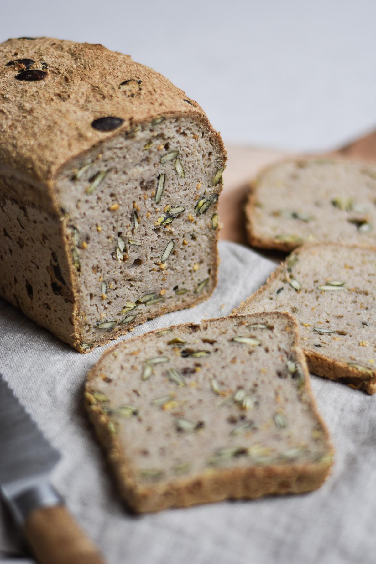 Aufgeschnittenes glutenfreies Körnerbrot mit Kürbiskernen und Leinsamen