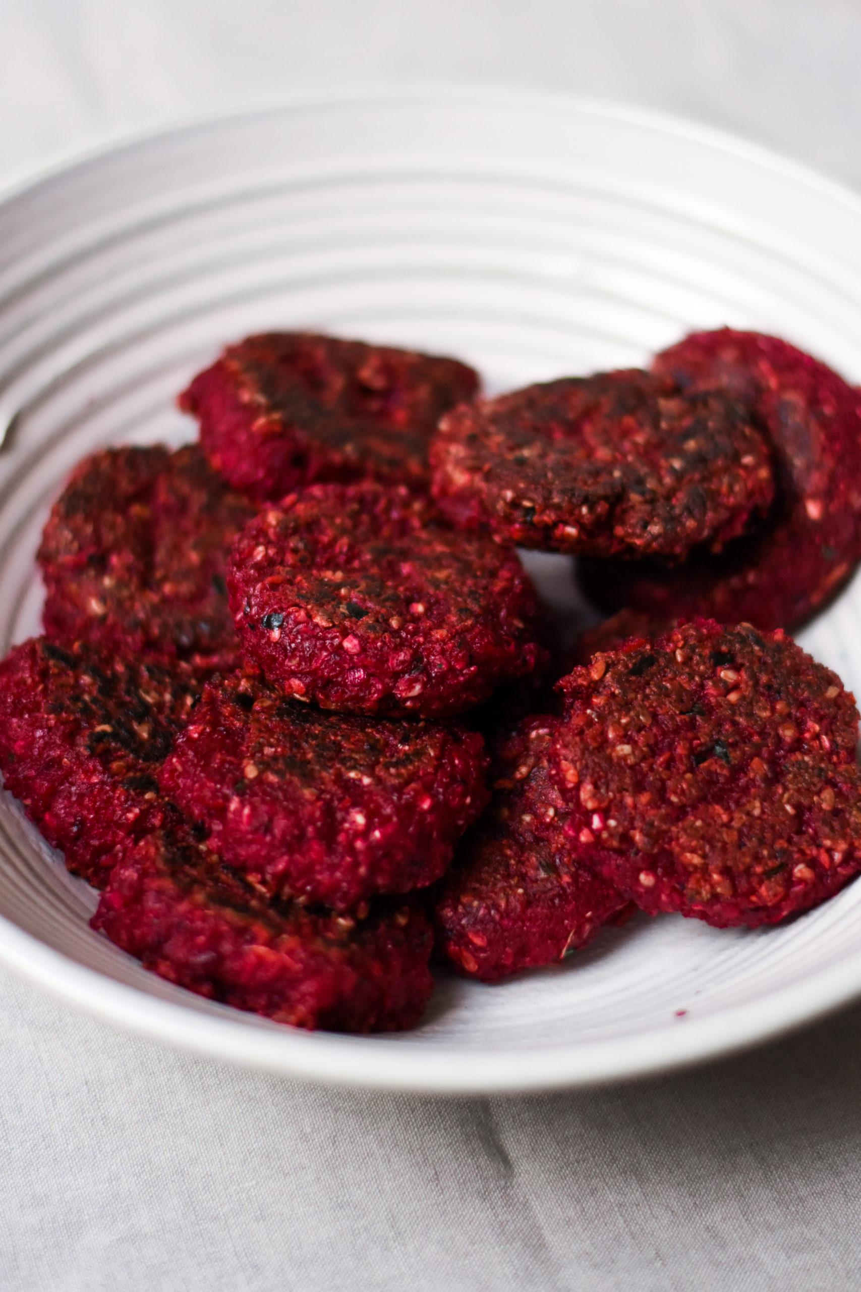 Glutenfreie Rote Bete Patties in einer weißen Schüssel