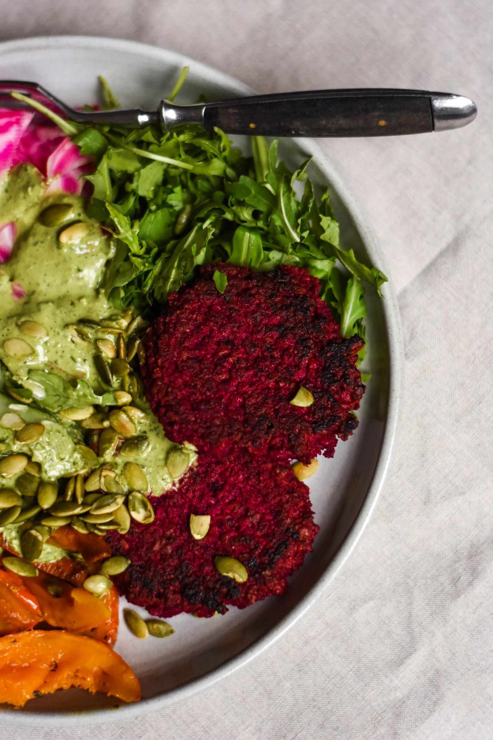 Rote Bete Patties in einer grünen Salatbowl